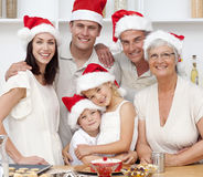 Lächelnde Familienbacken Weihnachtskuchen Stockfotografie