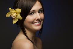 Lächelnde Frau auf dunkelblauem Hintergrund Stockfotos