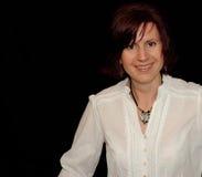 Lächelnde Frau auf Schwarzem Lizenzfreie Stockbilder