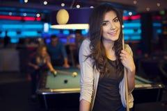 Lächelnde Frau in billard Verein Stockfoto