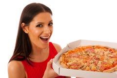 Lächelnde Frau, die köstliche Pizza im Kartonkasten hält Lizenzfreies Stockfoto