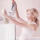 Lächelnde Frau, die Schuhe betrachtet Stockfoto