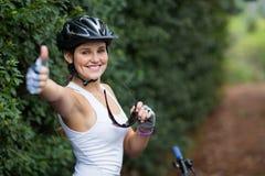 Lächelnde Frau, die sich Daumen zeigt Lizenzfreie Stockbilder