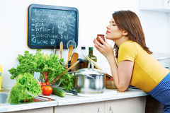 Lächelnde Frau, die zu Hause Küche kocht Stockfoto