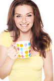 Lächelnde Frau mit Becher Lizenzfreie Stockfotografie