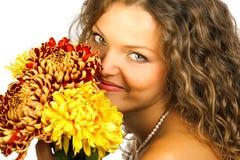 Lächelnde Frau mit Blumen Stockbilder