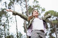 Lächelnde Frau mit den Armen oben Stockbild