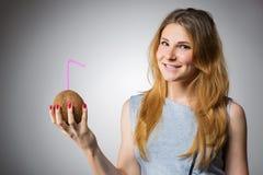 Lächelnde Frau mit Kokosnussgetränk Stockfotografie