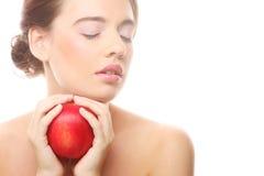 Lächelnde Frau mit rotem Apfel Stockfoto