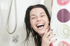 Lächelnde Frau mit Tüchern gerade aus der Dusche heraus Glückliche lächelnde waschende Schulter der Frau Stockfotos