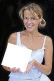 Lächelnde Frau mit unbelegtem Zeichen Stockfoto