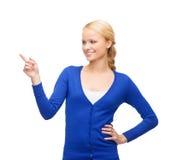 Lächelnde Frau, wenn ihr Finger gezeigt wird Stockfotografie