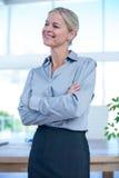 Lächelnde Geschäftsfrau, die weg schaut Lizenzfreie Stockfotografie