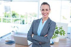 Lächelnde Geschäftsfrau mit den Armen gekreuzt Lizenzfreies Stockbild