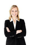 Lächelnde Geschäftsfrau mit den gefalteten Armen Stockfoto