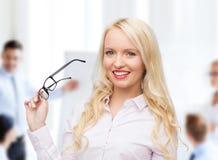 Lächelnde Geschäftsfrau oder Sekretär im Büro Lizenzfreies Stockfoto