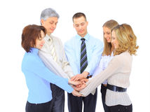 Lächelnde Geschäftsleute, die Hände in einem Kreis wieder zusammenhalten Stockfoto