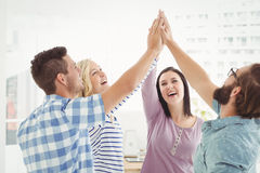 Lächelnde Geschäftsleute, die Hoch fünf geben Stockfoto