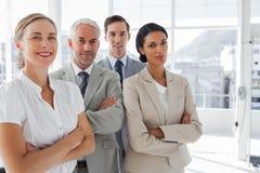 Lächelnde Geschäftsleute, die zusammen stehen Lizenzfreie Stockfotos