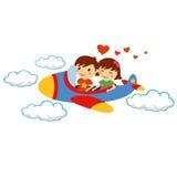 Lächelnde glückliche junge Paare, die mit Flugzeug für Valentinstag reisen Stockbilder