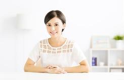 Lächelnde junge asiatische Frau der Nahaufnahme Lizenzfreies Stockfoto
