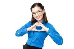 Lächelnde junge Dame Asiens mit Herzen unterzeichnen das Betrachten der Kamerafront Lizenzfreies Stockbild