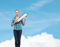 Lächelnde junge Frau mit dem Pfeil, der oben poiting ist Stockbild