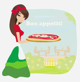 Lächelnde Kellnerinumhüllungspizza Lizenzfreie Stockbilder