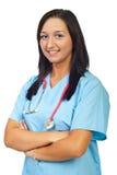 Lächelnde Krankenschwester mit den Armen faltete sich Stockfotos