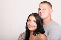 Lächelnde Paare lokalisierte Atelieraufnahme Stockfotografie