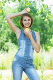 Lächelnde schöne junge Frau Stockfoto