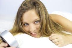 Lächelnde Schönheit glücklich im Bett, nachdem morgens aufwachen Stockbilder