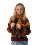 Lächelnde tragende gestreifte Strickjacke der jungen Frau Lizenzfreies Stockfoto