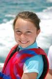 Lächelnde tragende Schwimmweste des Mädchens Lizenzfreies Stockbild