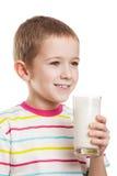 Lächelnde Trinkmilch des Kinderjungen Stockfoto