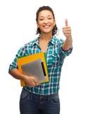 Lächelnder Afroamerikanerstudent, der sich Daumen zeigt Stockbild