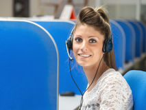 Lächelnder Betreiber in Call-Center Stockbild