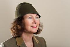 Lächelnder Brunette in der Tweedjacke und dem Hut Stockfotos