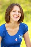 Lächelnder Brunette im Blau Stockfoto