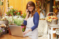 Lächelnder Frauen-Florist, Kleinbetrieb-Blumenladen-Inhaber Stockfotografie