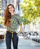 Lächelnder Frauentourist nahe Sagrada Familia, das Spaziergang hat Stockfotografie