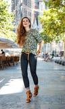 Lächelnder Frauentourist nahe Sagrada Familia, das Spaziergang hat Stockfotos