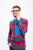 Lächelnder hübscher bärtiger Mann in den Gläsern sprechend am Handy Stockfoto