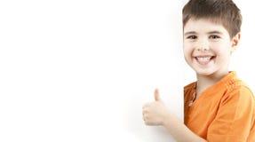 Lächelnder Junge, der Daumen zeigt Lizenzfreie Stockfotografie