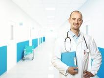 Lächelnder junger Doktor Stockbild
