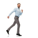 Lächelnder junger Mann, der weg läuft Stockfotografie
