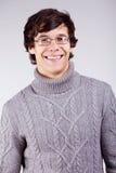Lächelnder Kerl in der Strickjacke Stockfotos