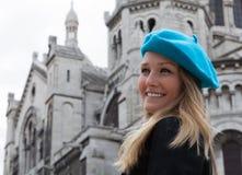 Lächelnder Kursteilnehmer in Montmartre in Paris Lizenzfreie Stockbilder