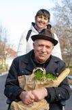 Lächelnder älterer Mann mit einer Tasche von Lebensmittelgeschäften Stockbild