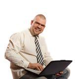 Lächelnder Mann, der an Computer arbeitet Stockbilder